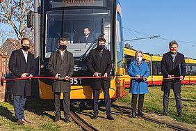 Die VBK-Geschäftsführer zusammen mit dem Oberbürgermeister Dr. Frank Mentrup bei dem symbolischen Durchschneiden eines roten Bandes für dei Eröffnung der Verlängerung der Tramlinie 2 nach Knielingen.