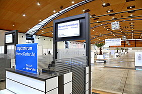 Symbolbild für das Corona Impfzentrum in der Messe Karlsruhe. Der Eingang der Messe ist zu sehen.