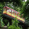 Die Turmbergbahn inmitten grüner Bäume.