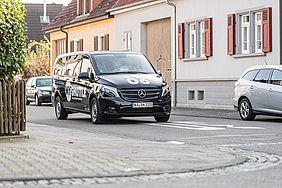 Schwarzer Mercedes mit der Aufschrift KVV.MyShuttle.