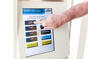 Zeigefinger betätigt mobilen Fahrkartenautomat.