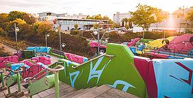 Bunte Graffitikunst an der Haltestelle Kurt-Schumacher-Straße