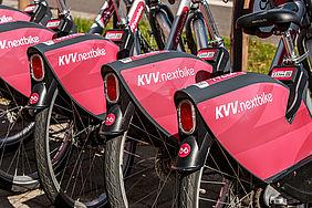 Vier rote Heckflügel von kvv.nextbike-Fahrrädern