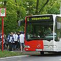 Menschen in KSC-Trikots steigen aus einem Bus am Wildparkstadion.