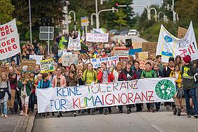"""Teilnehmer einer """"Fridays for Future""""-Demonstration mit vielen Plakaten"""