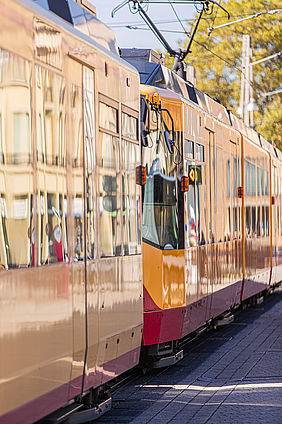 Stadtbahn in der Karlsruher Innenstadt. In den Fenstern siegelt sich das Sonnenlicht.