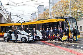Regiomove-Projektteam steht vor einer Bahn.