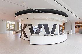 Das Foto zeigt die neue KVV-Erlebniswelt im Neubau der Karlsruher Verkehrsgesellschaften an der Durlacher Allee.