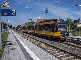 Eine Bahn (ET2010) steht an der Haltestelle