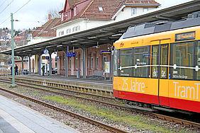 Gelb-rote Stadtbahn der AVG im Bahnhof Freudenstadt