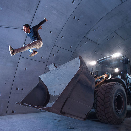 Freerunner Ruben vollführt im Tunnel einen Sprung von der 30-Tonnen-Schaufel des Baggers.