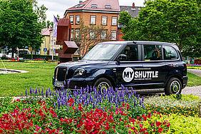 London-Taxi mit einer MyShuttle-Beklebung steht im Stadtpark in Ettlingen.