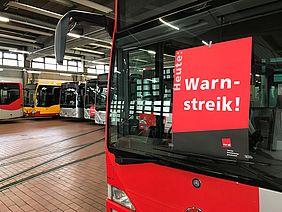 Busse in der Werkstatt mit dem Hinweis Warnstreik.