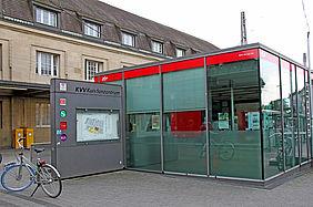 Aussenansicht des KVV-Kundentrums am Karlsruher Hauptbahnhof. Links steht ein Fahrrad.